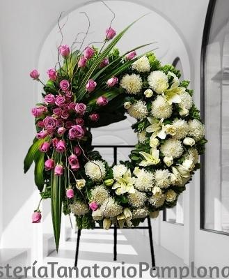 Corona funeraria diseño rosa y blanco , Arte Floral Funerario